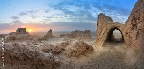 Fotografia Panoramic view of abandoned ruins of ancient Khorezm fortress Ayaz Kala in Kyzyl