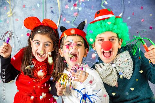 Fotografia Three kids celebrating Carnival  together at home
