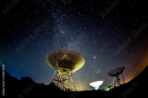 Foto Radio telescopes and the Milky Way at night