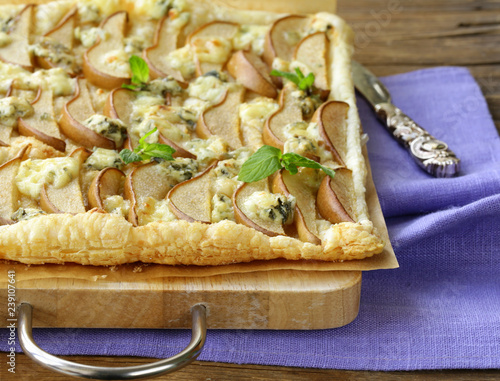 Fotografia Puff pastry tart with blue cheese and pears