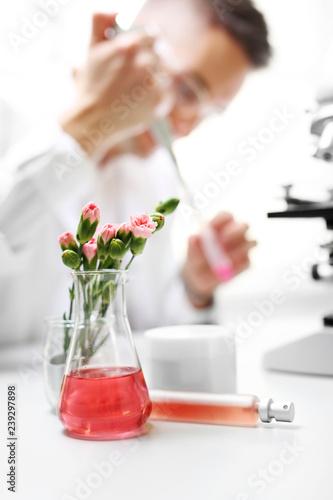 Genetyczna krzyżówka roślin. Produkcja kosmetyków. Laboratorium naukowe. Inżynier bada rośliny.