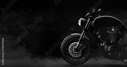 Szczegół czarny motocykl na ciemnym tle z dymem, widok z boku (ilustracja 3D)