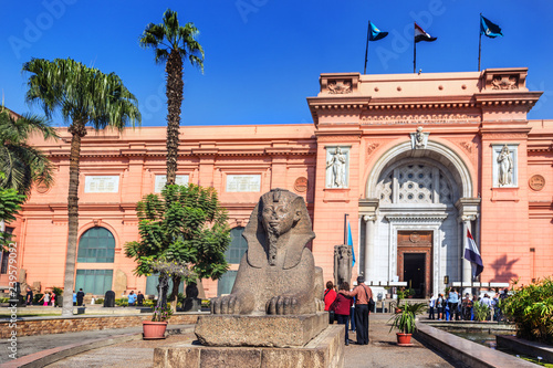 Fotografie, Obraz Cairo, Egypt - Nov 2nd 2018 - Tourists in front of the main entrance of the Egyp