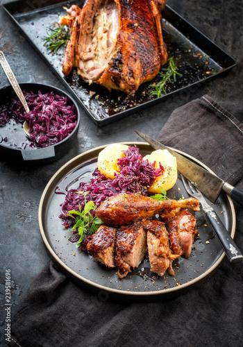 Traditionelle gebratene Ente zu Weihnachten mit Blaukraut und Knödel als Draufsicht auf einem Teller