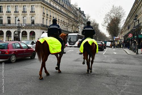 Paris; France - december 2017 : mounted police in Opera district Fototapete