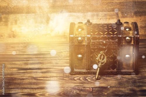 Obraz na plátně Old treasure box and key on desk