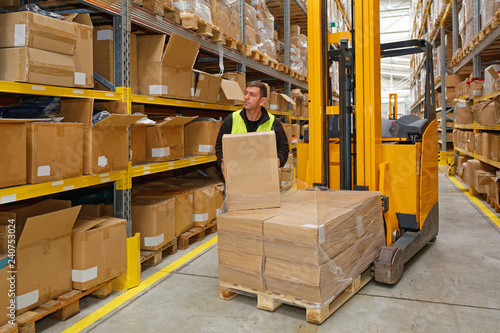Obraz na plátně Order Picker Holding Box Forklift