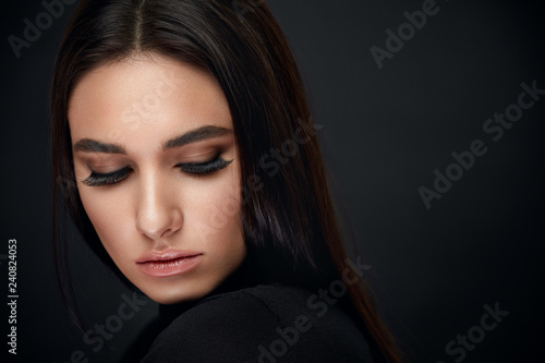 Fotografia Eyelashes Makeup. Woman Beauty Face With Black Lashes Extensions