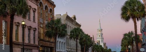 Fototapeta premium Piękny panoramiczny widok na ulice Uban w Downtown Charleston, South Carolina, Stany Zjednoczone. Zrobione podczas intensywnego wschodu słońca.
