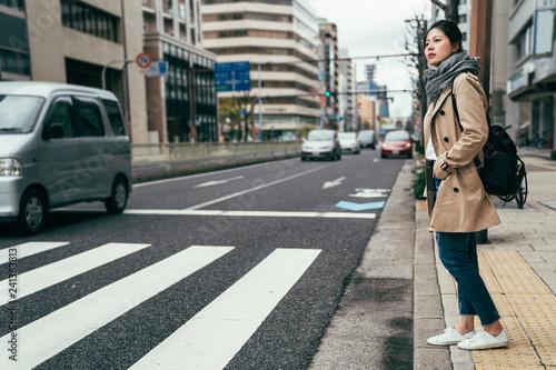 people walking waiting for traffic lights Fotobehang