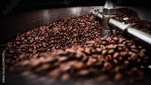 Slika na platnu coffee roasting machine and brown coffee beans