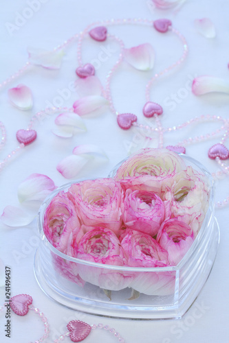 Slika na platnu ハートの入れ物に入れたピンクのラナンキュラスとハートビーズ