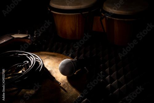 Sala prób zespołu muzycznego. Instrumenty muzyczne i mikrofon.