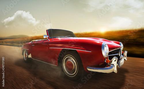 schnelles Oldtimer Cabrio fährt auf Landstraße