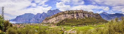 Fototapeta premium Idylliczny krajobraz Włochy, Lago di Garda: Góry, mała wioska i jezioro: Panorama