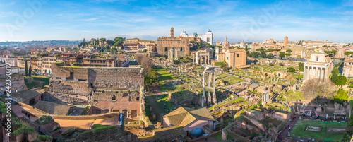 Fototapeta premium Antyczne ruiny forum panorama w słonecznym dniu w Rzym, Włochy.