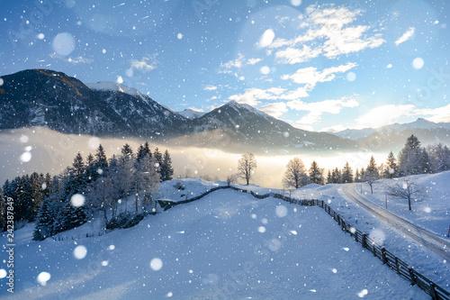 Vereiste Strasse bei Schneefall in den österreichischen Alpen im Winter, Schneeketten Pflicht in Österreich