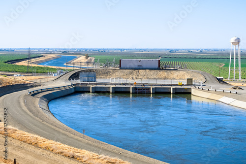 Canvastavla The Dos Amigos pumping plant pushes water up hill on the San Luis Canal, part
