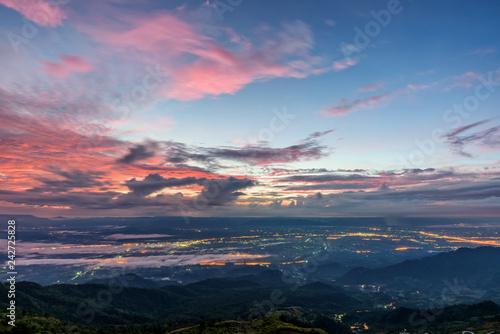 Fototapeta premium Wysoki widok piękny krajobraz przyrody kolorowe niebo podczas wschodu słońca zobaczyć światła drogi i miasta w Phu Thap Berk punktu widzenia słynnych atrakcji turystycznych prowincji Phetchabun, Tajlandia