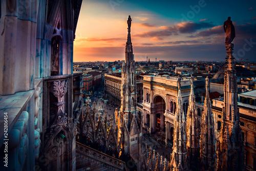 Fototapeta premium piękny widok na zachód słońca z dachu katedry Duomo w Mediolanie - włoski cel podróży - europejska wycieczka