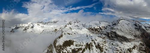 Fototapeta premium Antena krajobraz z śnieżnymi górami