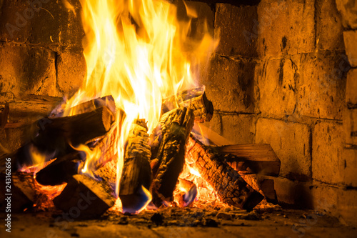 Photo Wood burning in a cozy fireplace at home, keep warm