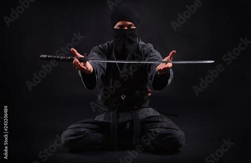 Photo Ninja samurai holds katana in a hands