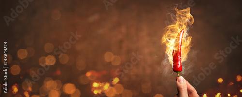 Foto Scharfe Chilischote umgeben von Feuer als Panorama
