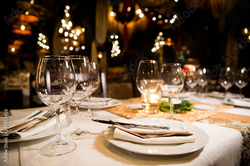 Photographie Served dinner table. Restaurant interior