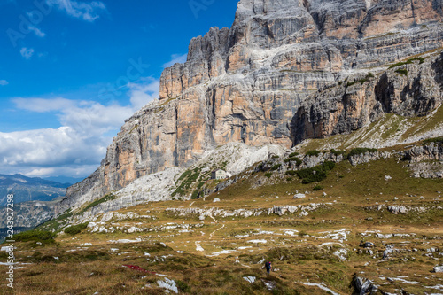 Tableau sur Toile Male mountain climber on a Via Ferrata in breathtaking landscape of Dolomites Mountains in Italy