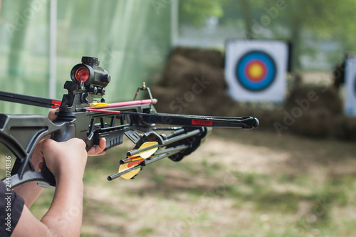 Fotografia The shooter directed the crossbow towards the colored target