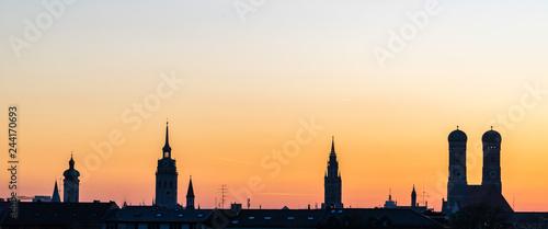 Fototapeta premium Monachium sylwetka podczas zachodu słońca w lecie