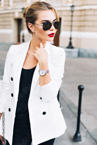 Canvas Print Portrait pretty woman in sunglasses with red lips on street