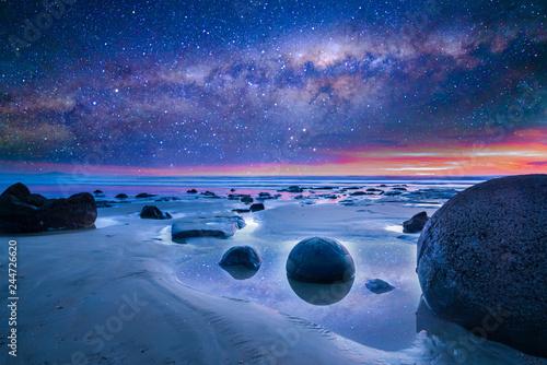Fotografia Milkyway at boulder moeraki, New Zealand