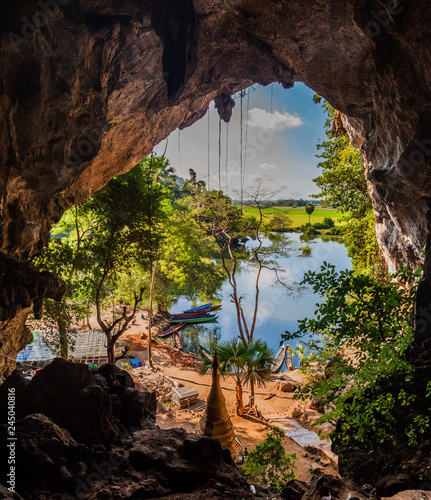 Foto View of a lake from Saddan cave near Hpa An, Myanmar