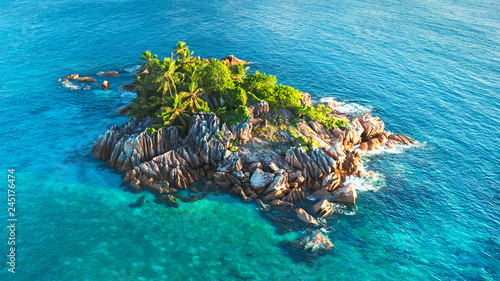 Fotografia Tropical island with sea and palm taken from drone