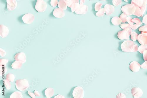Fototapeta premium Kompozycja kwiatów. Płatki kwiatów róży na pastelowym niebieskim tle. Walentynki, koncepcja dnia matki. Leżał płasko, widok z góry, miejsce kopiowania