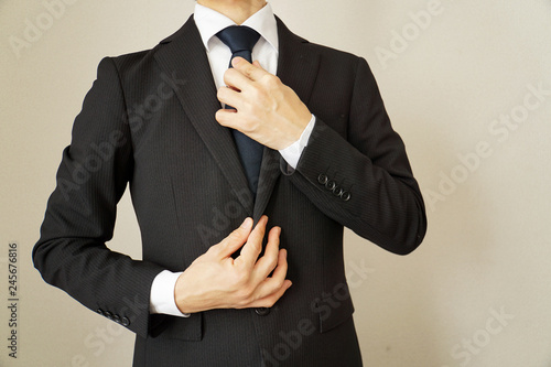 Billede på lærred スーツのビジネスマン ネクタイを締める