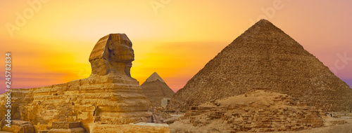 Obraz na plátně Sphinx against the backdrop of the great Egyptian pyramids