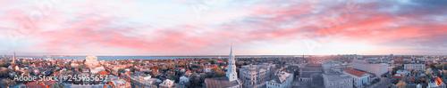 Fototapeta premium Panoramiczny widok z lotu ptaka na panoramę Charleston w Południowej Karolinie