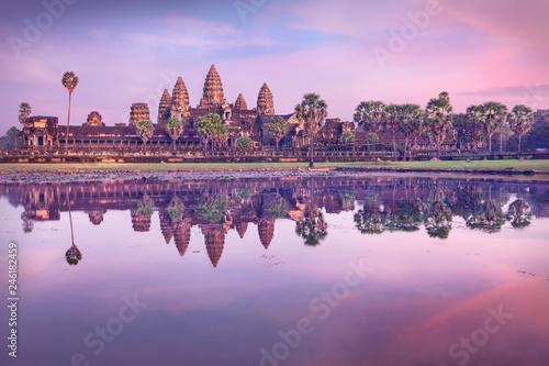 Fototapeta premium Świątynia Angkor Wat o wschodzie słońca, Siem Reap, Kambodża