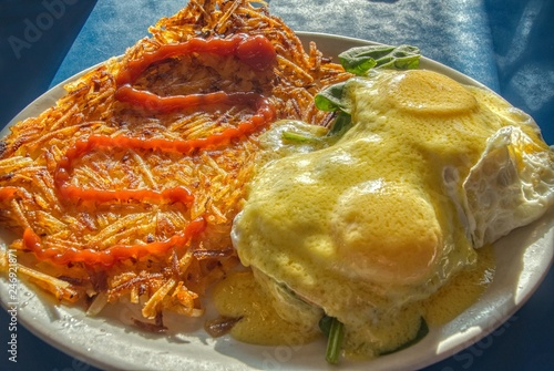 Photo Eggs Florentine and Hashbrowns on a Dinner Plate