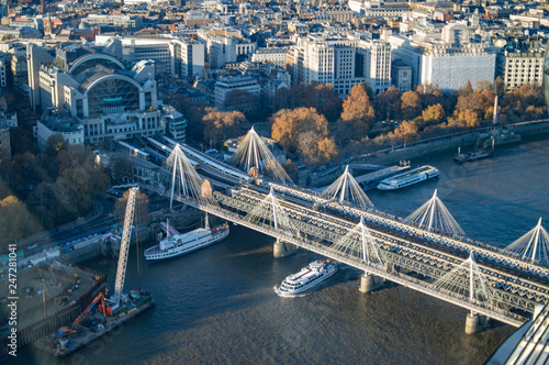 Foto The embankment station visible from sky and its hungerford bridge