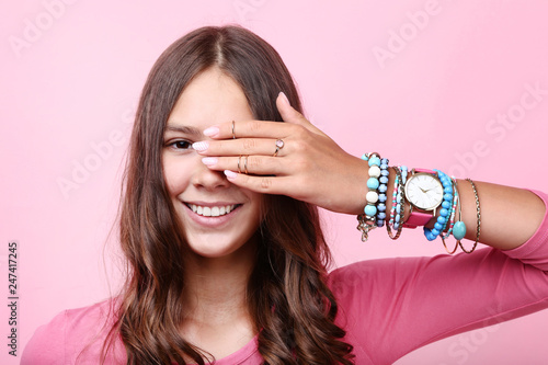 Tableau sur Toile Young girl with bracelets and rings on hand