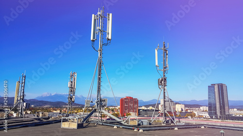 Fotografia Cellular network antenna radiating and broadcasting strong power signal waves ov