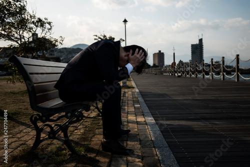 Fotografiet 公園のベンチに座るビジネスマン
