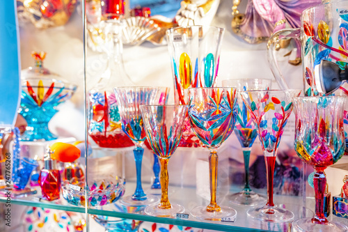 Photo Colorful decorated objects made of a famous murano glass in a shop window in Ven