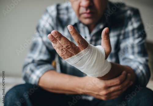 Foto Man with a gauze bandage wrapped around his hand