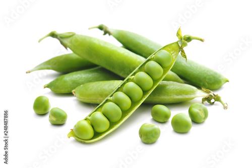 Fotografia Fresh green peas isolated on white background