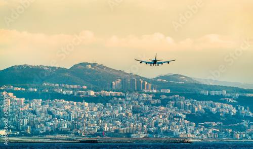 Fototapeta premium Samolot na ostatnim podejściu do międzynarodowego lotniska w Bejrucie w Libanie